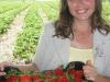 Фото 15. Ведущий специалист по ягодным культурам АСП-РУС Жбанова О.В. демонстрирует урожай земляники сорта Эльсанта