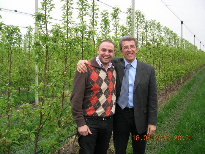 Dr. Giovanni Zanzi, главный агроном ПЛОДОВОГО ПИТОМНИКА «VIVAI F.Iii ZANZI» в саду фиры