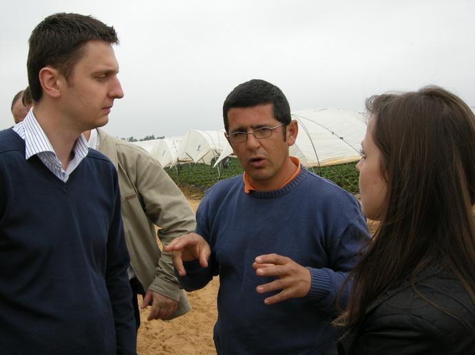Lukasz Ziobrowski и члены АСП РУС на плантации земляники