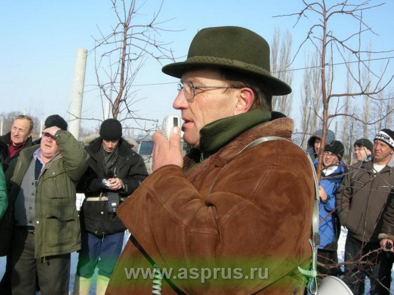 Херманович Кшиштоф (Польша)  проводит семинар по обрезке плодовых деревьев.
