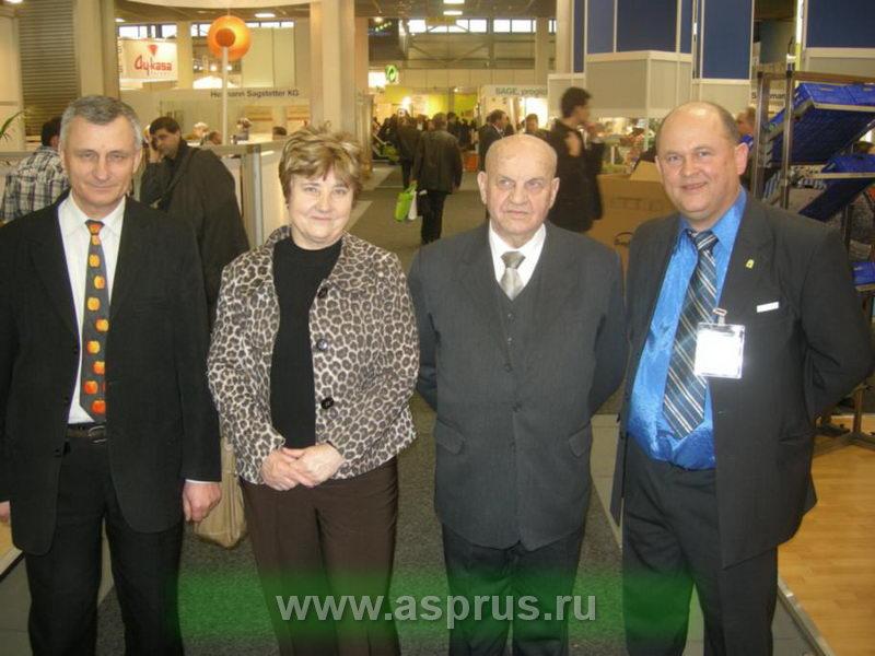 А. Мельник (Украина), Т. Причко (Россия), Э. Макош (Польша), И. Муханин (Россия) на международной выставке в Берлине.